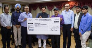 The Minister of State for Power, Coal, New and Renewable Energy and Mines (Independent Charge), Shri Piyush Goyal being presented the interim dividend cheque for the Financial Year of 2016-17 by the CMD, NALCO, Dr. Tapan Kumar Chand, in New Delhi on March 21, 2017. The Secretary, Ministry of Power, Shri P.K. Pujari is also seen.
